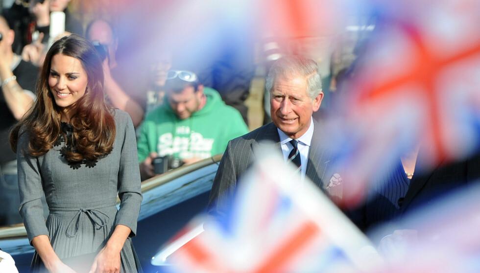 BETALER: Prins Charles åpner lommeboka for hertuginne Kates presang.  Foto: All Over Press