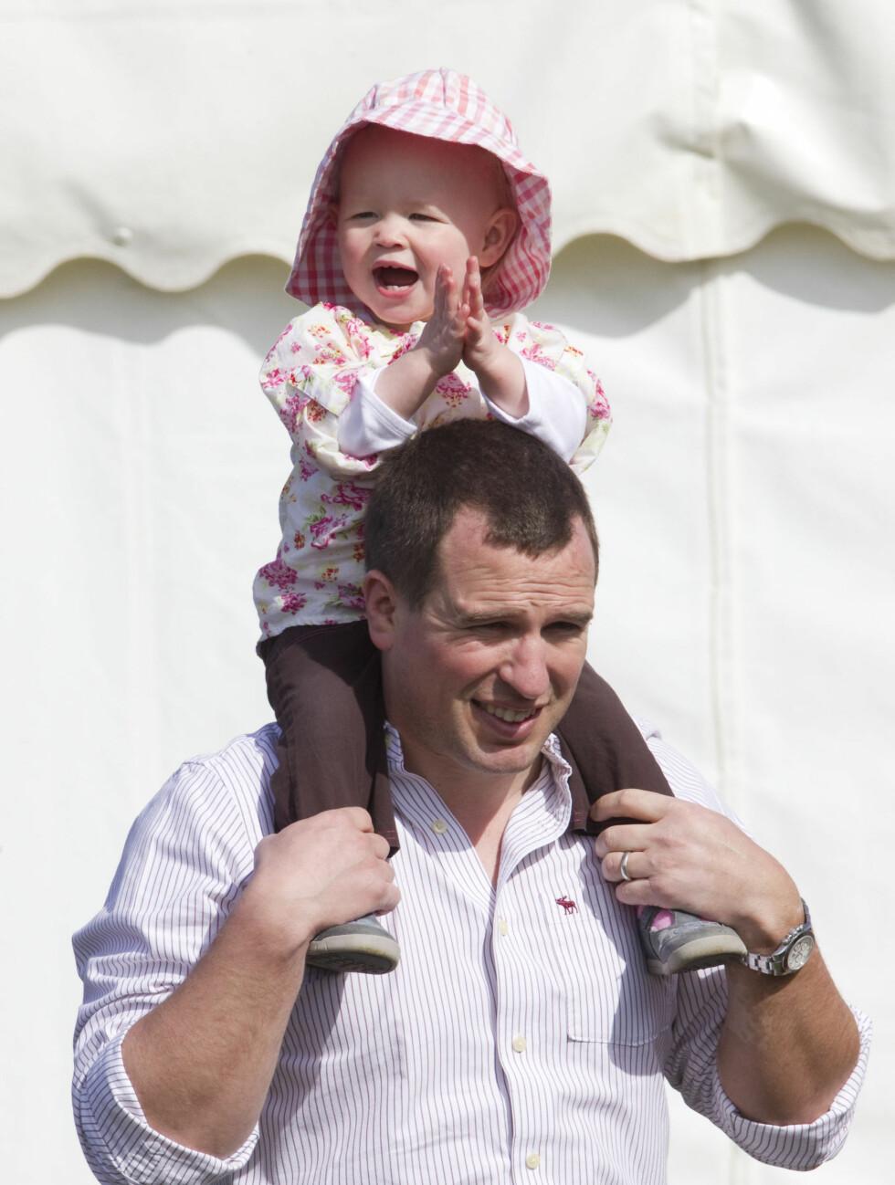 PAPPAJENTE: Ettåringen var trygg på pappas skuldre.  Foto: Stella Pictures