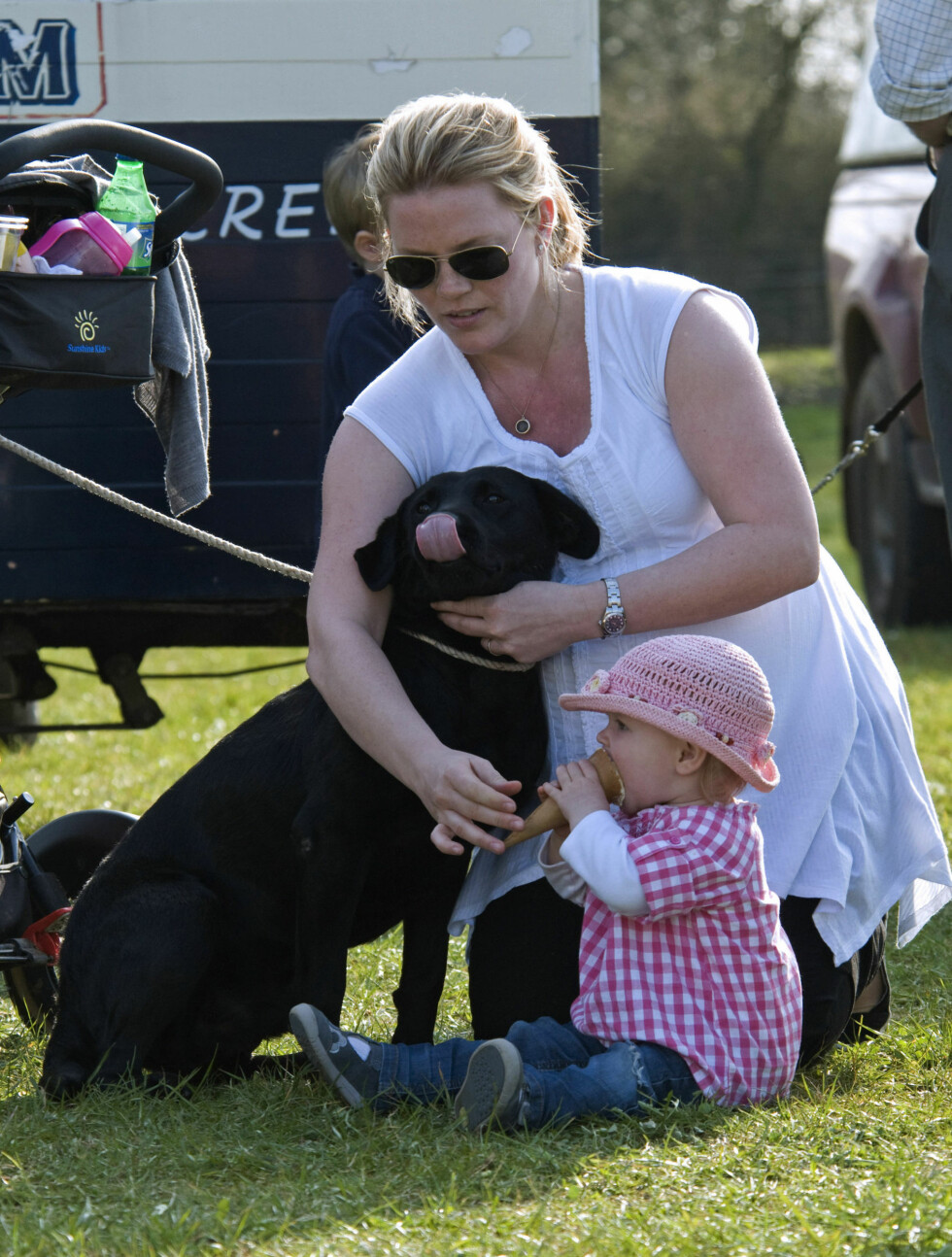 VARMT: Savannah slappet av med en is i varmen sammen med mamma og familiens hund.  Foto: Stella Pictures
