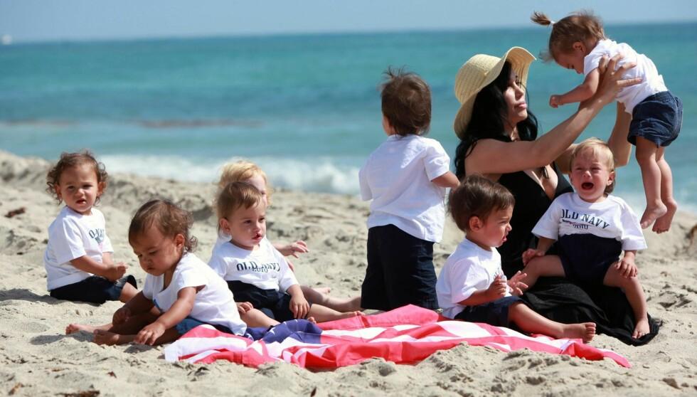 HENDENE FULLE: Nadya Suleman har tilsammen fjorten barn, og har nok å holde på med når alle er med på stranda.  Foto: All Over Press