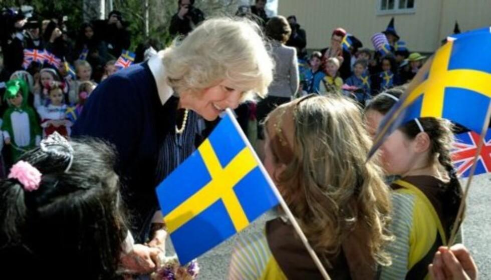 GJORDE SOM I NORGE: Hertuginne Camilla tok seg tid til å hilse på de fremmøtte barna og ungdommene, akkurat som hun gjorde i Oslo tidligere i uken. Foto: Kungahuset.se