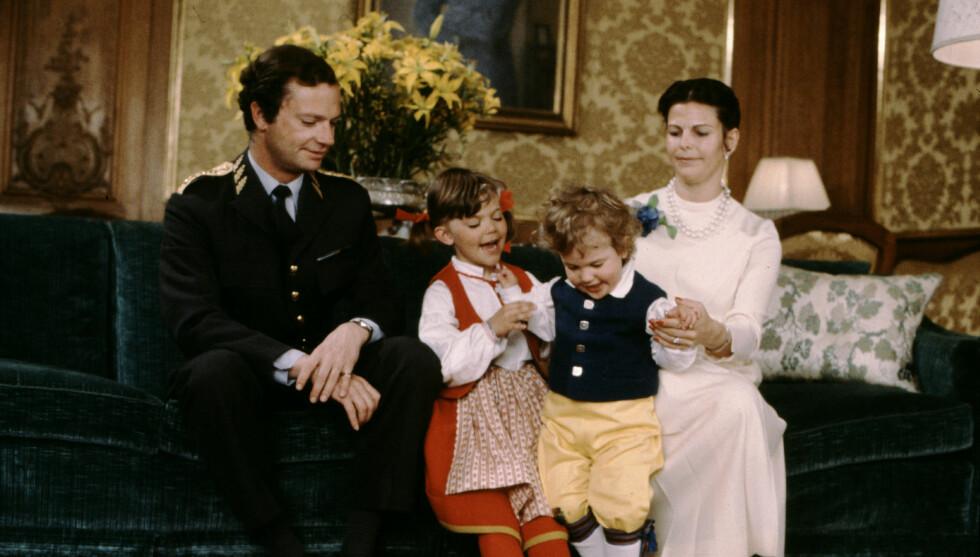 <strong>LYKKELIG BARNDOM:</strong> Kronprinsesse Victoria har valgt samme dame til barnepass som hun selv hadde fra 1979 til 1991. Her er Victoria og prins Carl Philip avbildet i julen i 1981.  Foto: Stella Pictures