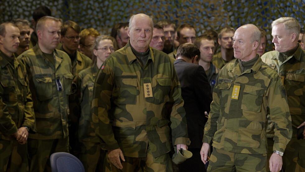 <strong>MINNESTUND:</strong> Kong Harald under minnestunden på Evenes flystasjon i forbindelse med at et Hercules-fly krasjet i Kebnekaise.  Foto: Scanpix