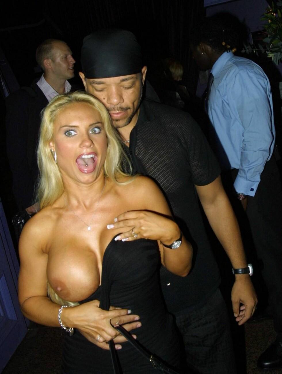 <strong>OVERRASKELSE:</strong> Plutselig dro Coco ned kjolen foran fotografene og blottet sitt høyre bryst. Foto: All Over