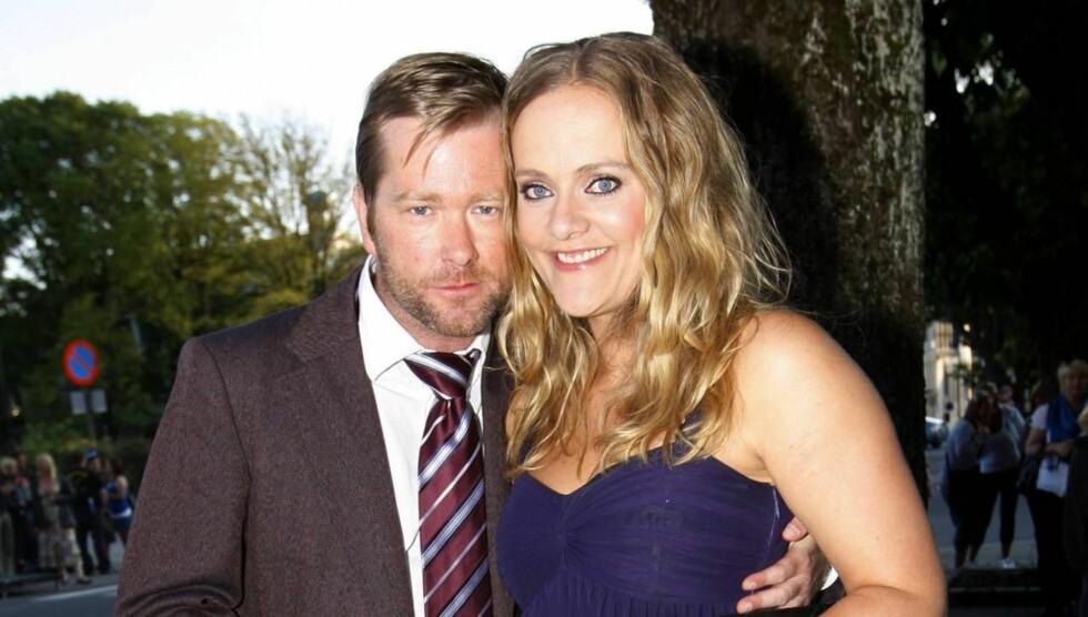 <strong>FLAU:</strong> Ekteparet Fridtjov Såheim og Henriette Steenstrup spiller begge i TV 2s nye humorserie «Nårje» .- Hun er ti ganger så rå i kjeften som de verste gutta. Jeg spilte selv i scenen og var utrolig flau, sier han om kona.  Foto: SCANPIX