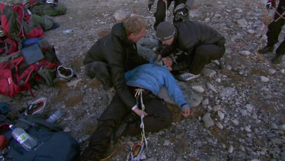 LIVLØS: «71 grader nord»-deltageren ble liggende livløs på bakken, og det hele så svært dramatisk ut. Foto: TVNorge