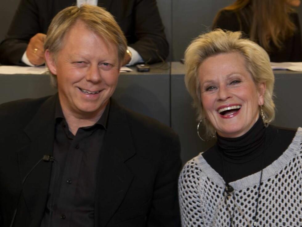 HJALP TIL: Også skuespiller Anne Marie Ottersen (66) og Ole Edvard Antonsen (49) stilte lørdagskvelden til disposisjon i telefonpanelet. Foto: Henning Jensen/Se og Hør