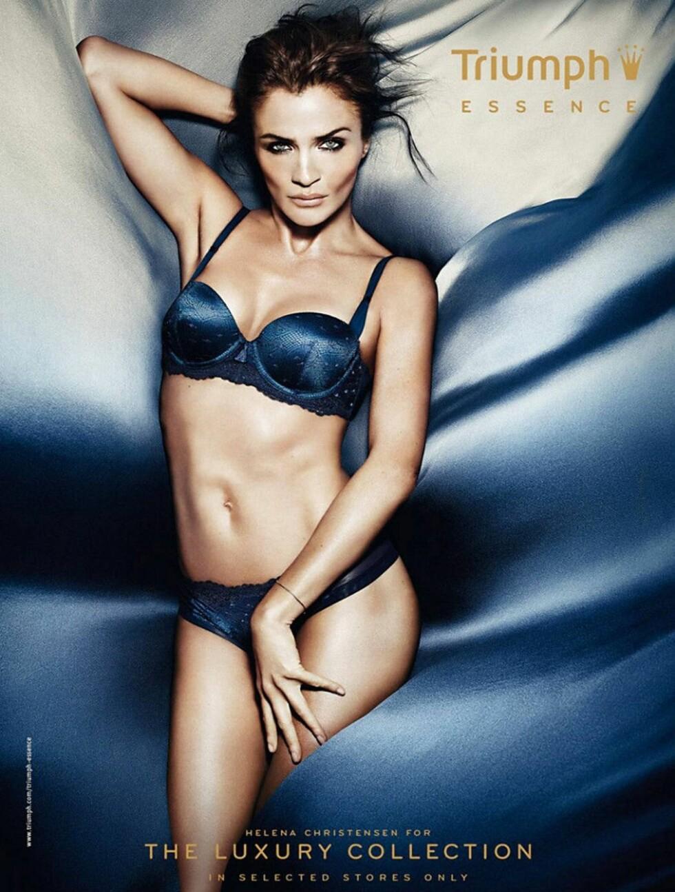 HOT I BLÅTT: Helena Christensen har vært en av verdens mest berømte modeller siden 90-tallet. Foto: Stella