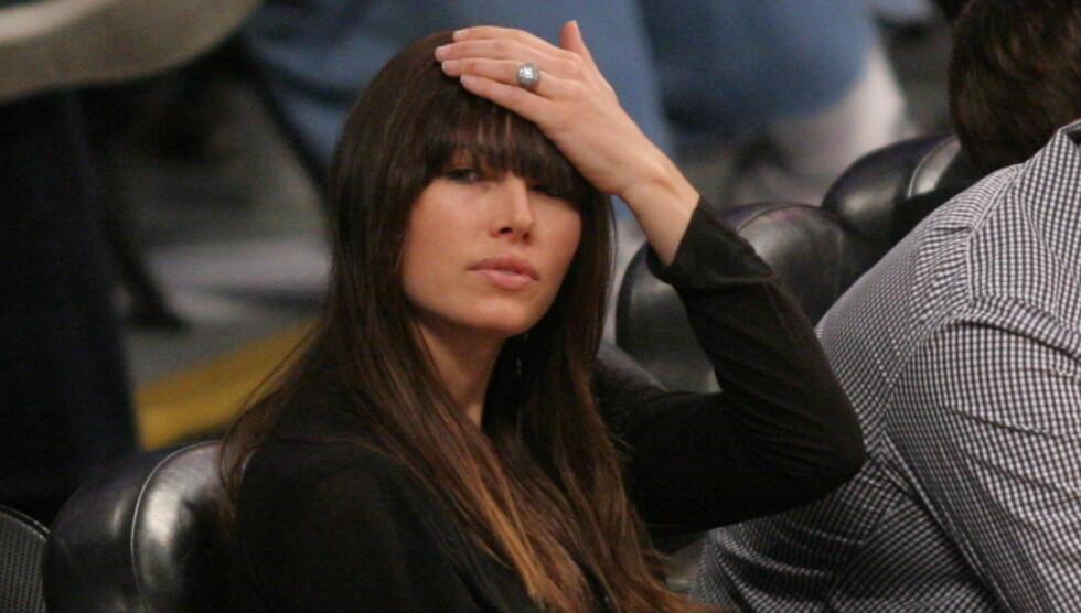 <strong>VISTE RINGEN:</strong> Jessica Biel viste frem forlovelsesringen hun har fått av Justin Timberlake under en Lakers-kamp i Los Angeles mandag. Foto: All Over