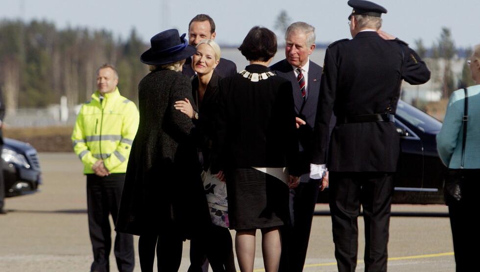 PÅ NORGESBESØK: Prins Charles og hans kone hertuginne Camilla landet på Gardermoen tirsdag, der de ble møtt av kronprins Haakon og kronprinsesse Mette-Marit. Foto: Scanpix