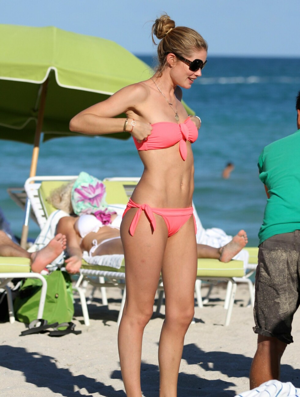 <strong>FLOTT SOMMERDAG:</strong> Victorias Secrets supermodell Doutzen Kroes og sønnen Phyllon Joy nøt dagen på stranda i Miami.  Foto: All Over Press