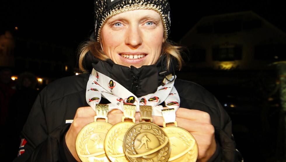 KREFT-DRAMA: Tora Berger viser frem medaljene hun har vunnet i løpet av VM i skiskyting i Ruhpolding i Tyskland søndag. Samme kveld slapp hun nyheten om kreft-dramaet. Foto: Scanpix