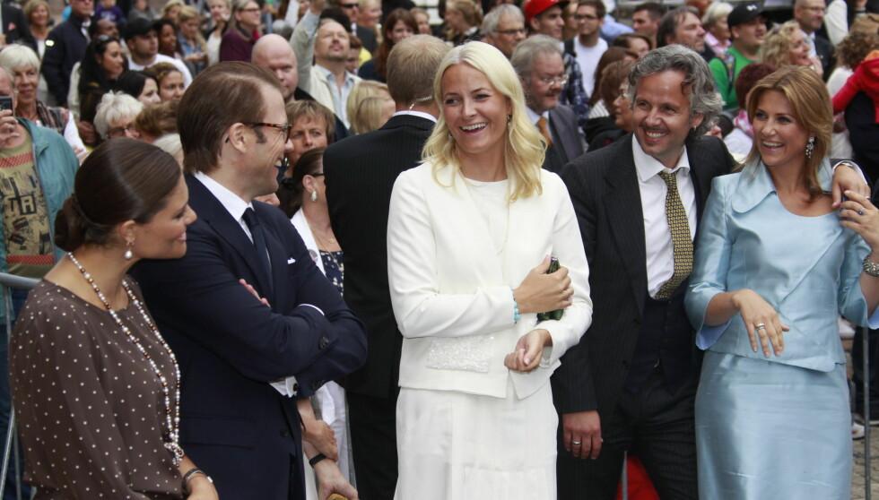 ORDNET OPP: Kronprinsesse Mette-Marit skal ha vært med å ordne at prins Daniel kunne gi kronprinsesse Victoria et diadem ved fødselen. Her er de avbildet under kronprinsparets 10-års bryllupsdag i august i fjor.  Foto: SCANPIX