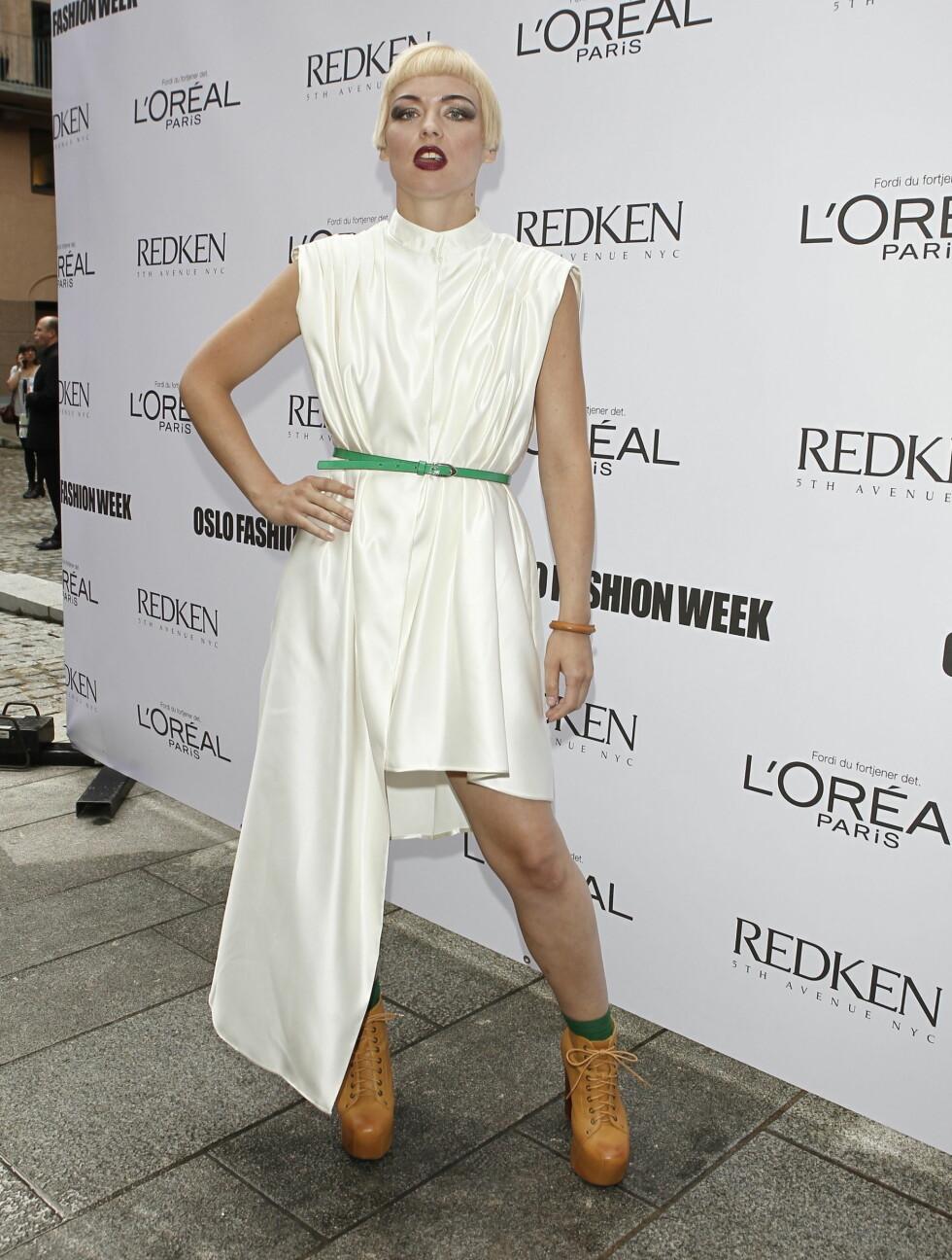 TRENDY: Mariann stilte i en trendy hvit kjole med rocka boots under åpningen av Oslo Fashion Week.  Foto: Stella Pictures