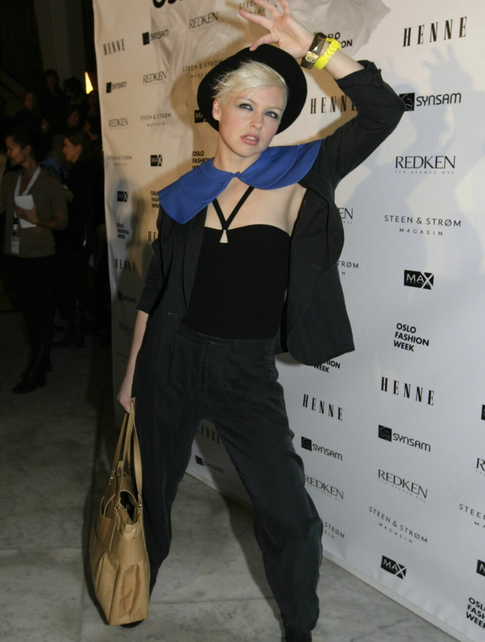 MASKULIN: Under Fashion Week for tre år siden kom Mariann i sort dress og matchende hatt. Foto: SCANPIX