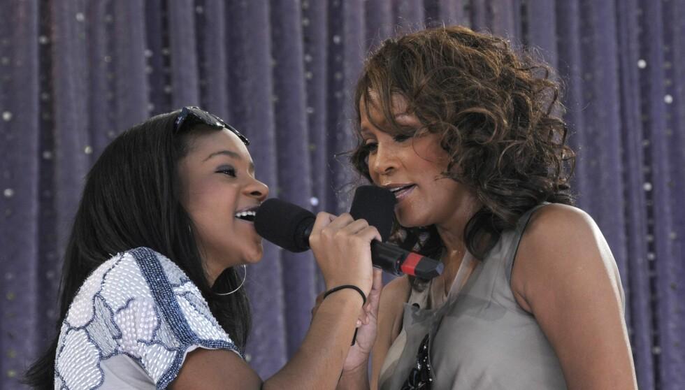 SELGER GODT: Houston, som her er på scenen med sin datter Bobbi Kristina, har hele tre album inne på topp 10-listen i USA. Foto: All Over Press