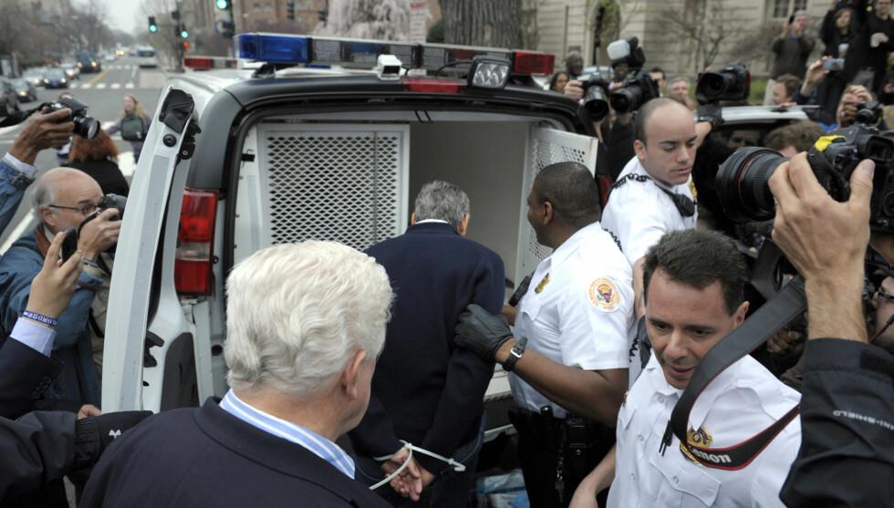 ARRESTERT: George Clooney ble fredag arrestert i forbindelse med en demonstrasjon. Her er skuespilleren på vei inn i politibilen med hendene bundet bak ryggen. Foto: Scanpix