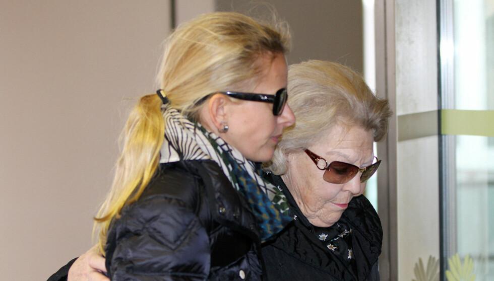 BER OM RO: Dronning Beatrix og prinsesse Mabel på vei inn på sykehuset der prins Johan Friso ligger.  Foto: Stella Pictures
