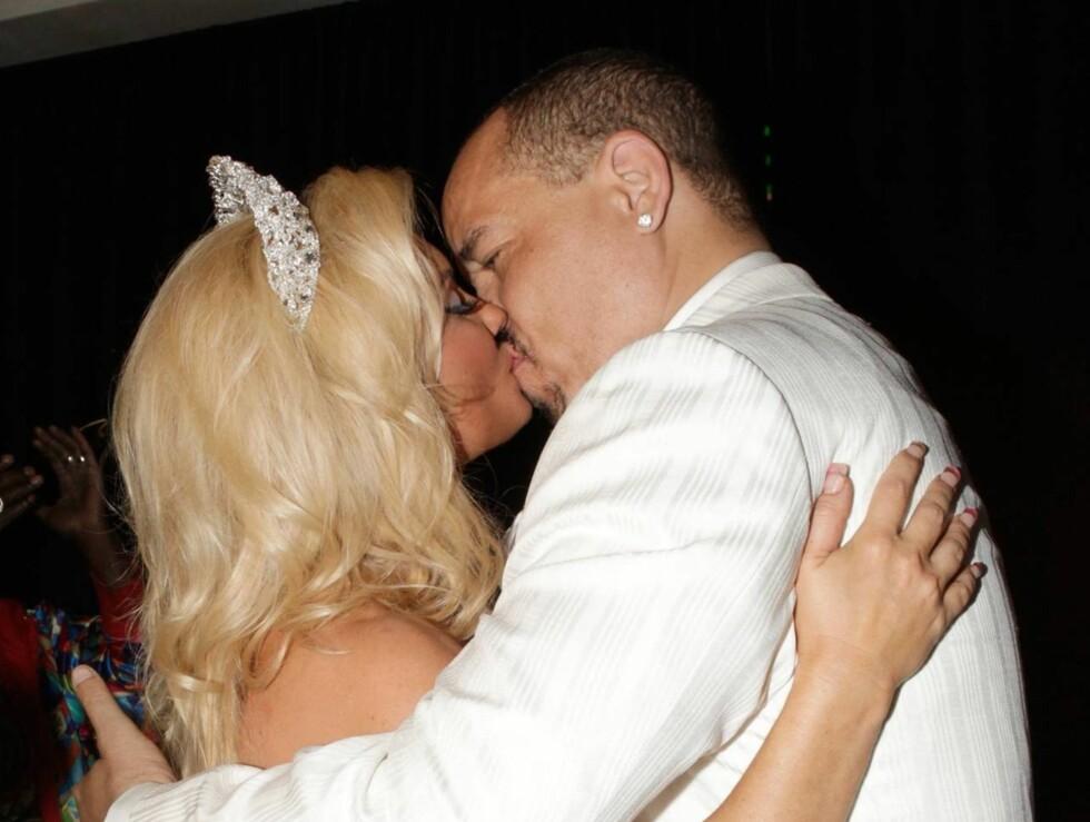 KYSSET BRUDEN: Ice-T og kona viste sin kjærlighet for TV-kameraene. Paret har sin egen realityserie på amerikansk TV. Foto: All Over Press