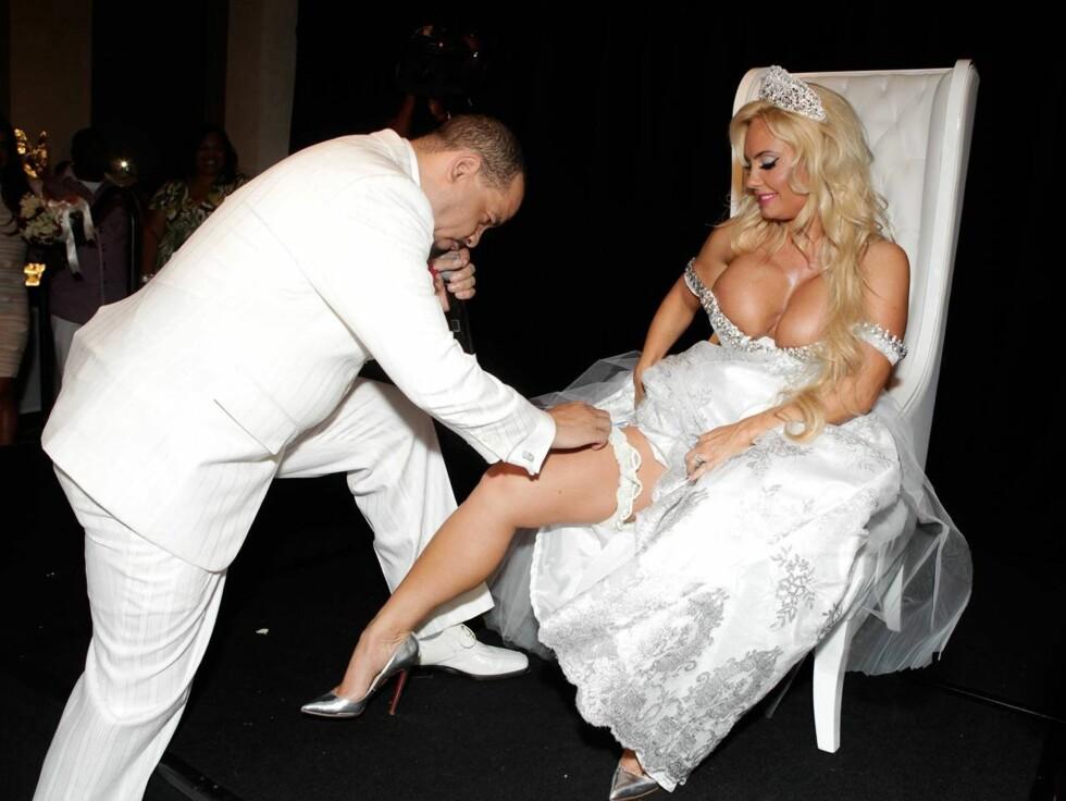 NED PÅ KNE: Coco Austin så ikke ut som noen typisk brud da hun og ektemannen Ice-T fornyet bryllupsløftene etter ti år som mann og kone, rappreren så ingen grunn til å klage. Foto: All Over Press