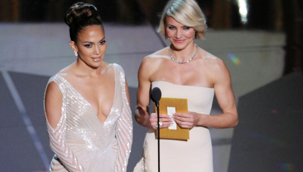 NÆR PUPPEGLIPP: Jennifer Lopez delte ut priser med Cameron Diaz. Men Lopez sin kjole skapte mer reaksjoner enn prisene hun delte ut. Foto: All Over Press