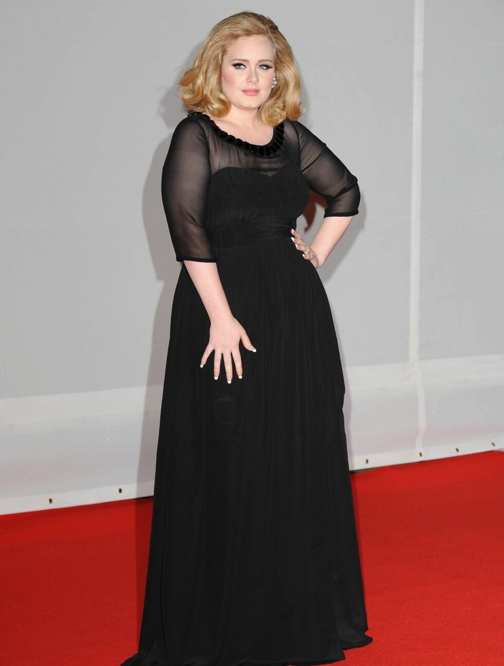 <strong>SORT:</strong> Popstjernen Adele kom som vanlig i sort kjole. Hun tok med seg to priser under prisutdelingen.  Foto: All Over Press