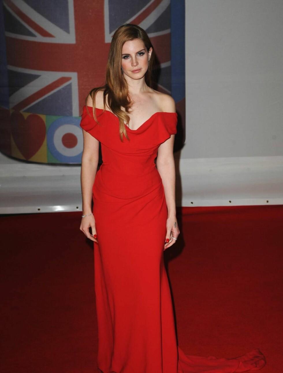 <strong>SÅ RØDT:</strong> Lana Del Rey så flott ut i en rød kjole.  Foto: All Over Press