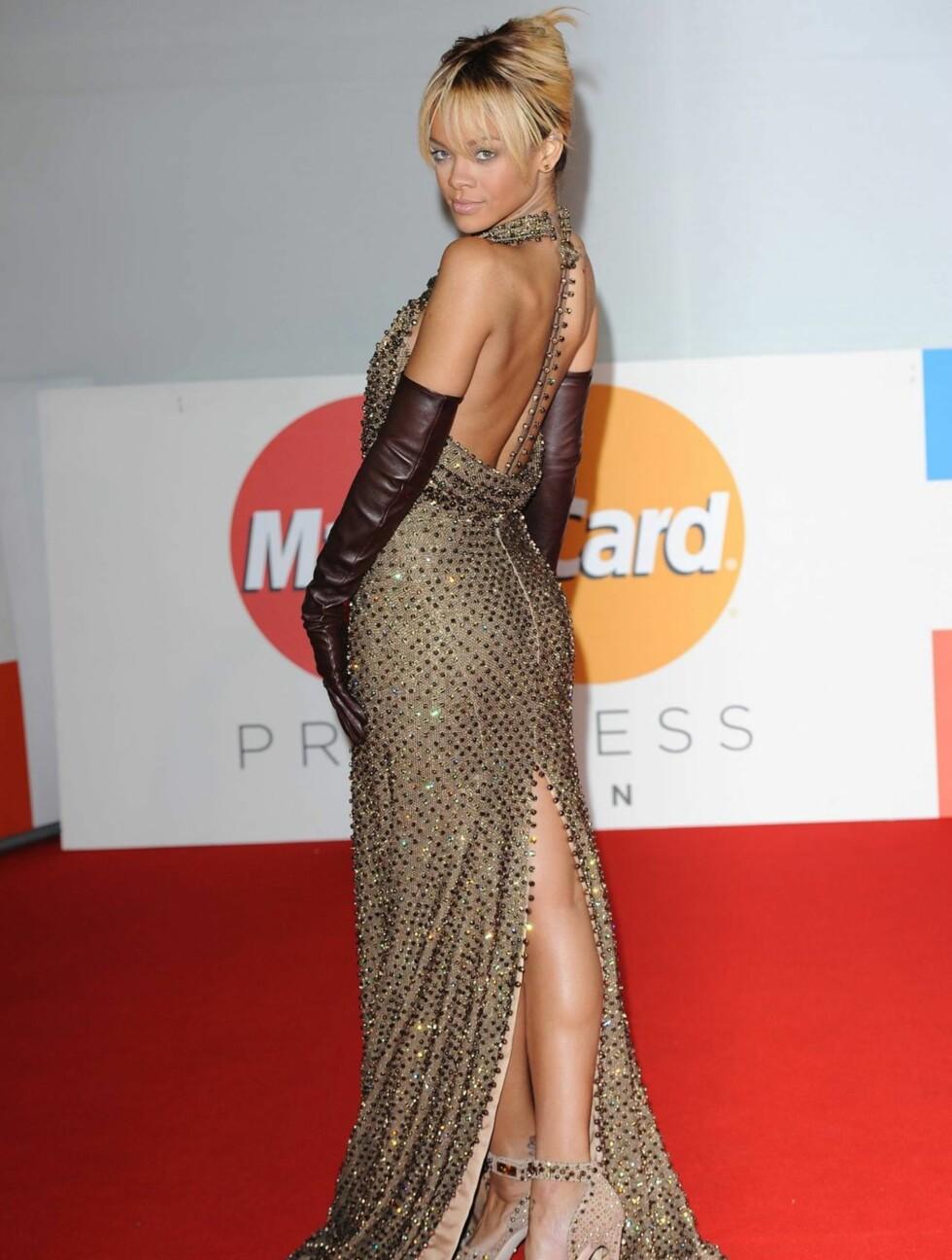 <strong>ÅPEN RYGG:</strong> Rihanna viste frem sine flotte bein og sexy rygg i den frekke kjolen.  Foto: All Over Press