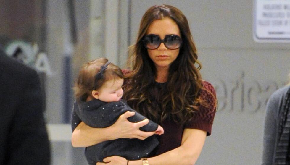 AMMER: Victoria Beckham elsker å amme sin datter Harper Seven, og sier at hun tilbrakte hele sommeren med puppene ute. Foto: All Over Press