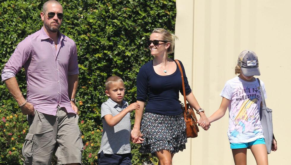 MOR IGJEN: Reese Witherspoon og ektemannen Jim Toth med hennes barn Ava Elizabeth og Deacon. Nå vil filmstjernen ha flere barn. Foto: Stella Pictures
