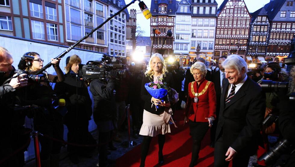 FOTOGRAFER I KØ: Kronprinsesse Mette-Marit ankommer mottagelsen i Rådhuset sammen med borgermester Petra Roth før åpningen av Edvard Munch utstillingen Det moderne blikk i Schirn Kunsthalle i Frankfurt. 75 pressefotografer var møtt fram for å forevi Foto: SCANPIX