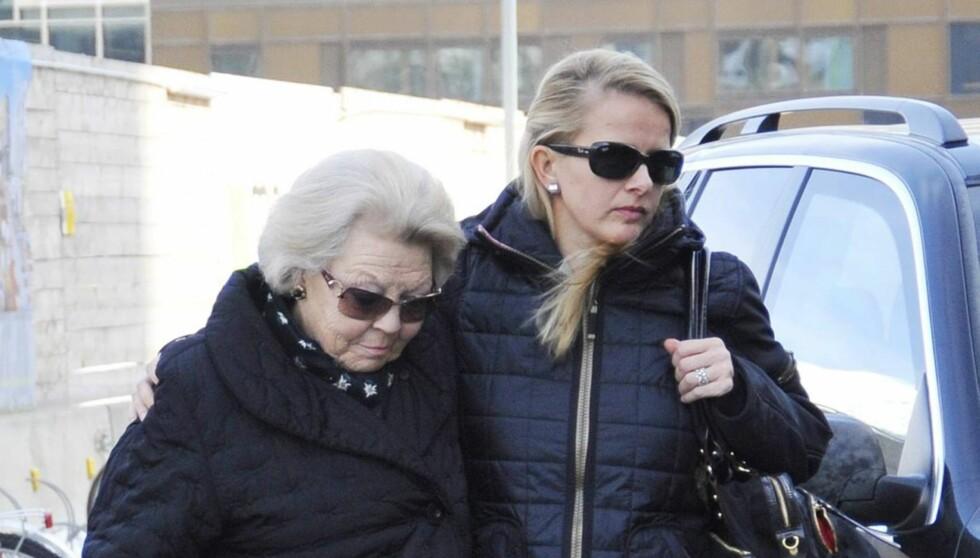 SAMMEN I DEN TUNGE TIDEN: Dronning Beatrix av Nederland og Johan Frisos kone Mabel støtter hverandre på vei inn til sykehhuset i Innsbruck, hvor prinsen ligger alvorlig syk. Foto: All Over Press