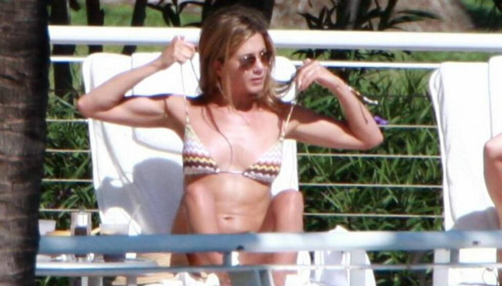 KASTET BIKINIEN: Superstjernen Aniston lot både over- og underdelen falle i filmen. Foto: All Over Press