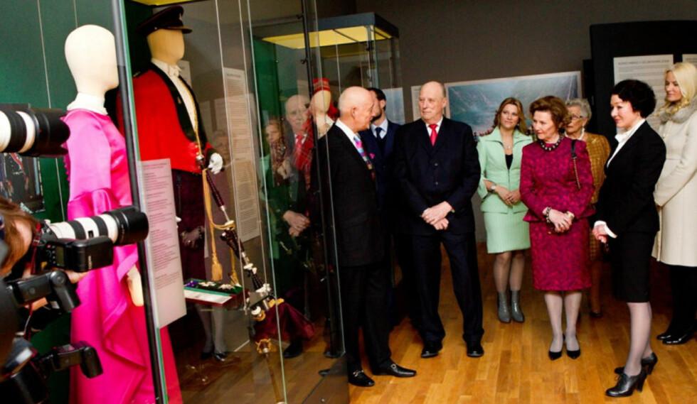 KURATOR: Kurator Vidar Halèn (t.v) var med i teamet som oppdaget «skatten». Her viser han kongefamilien rundt på den aktuelle ustillingen på Kunstindustrimuseet.  Foto: Se og Hør