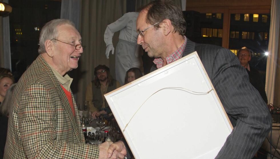 TAKKET ROLV: Her takker Ole Paus sin venn Rolw Wesenlund under Leif Justers minnepris. Foto: Oddvar Walle Jensen
