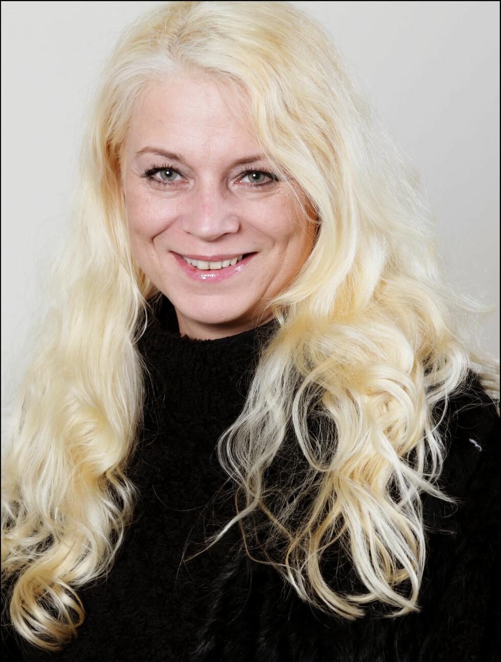 Navn: Merete Fjellstad  Sted: Husnes Alder: 41 år  Yrke: Driver en Narvesenkiosk Sivilstatus: Singel Personlig eiendel: Samekniv Foto: TV3