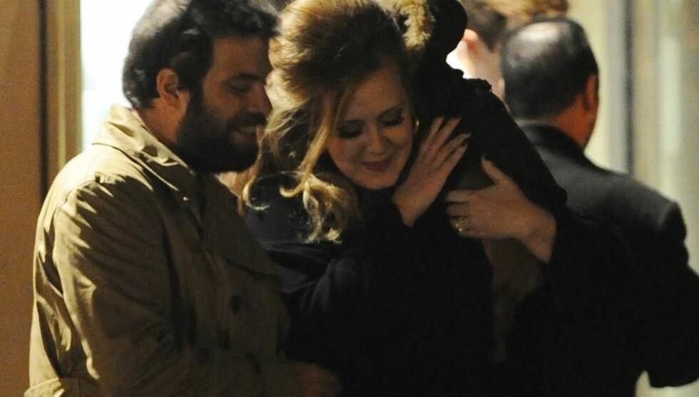 FORELSKET: Adele legger ikke skjul på at hun er hodestups forelsket i sin nye kjæreste Simon Konecki. Foto: All Over Press