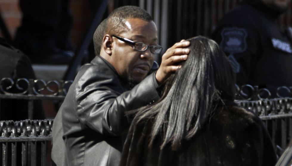 FORSVANT UNDERVEIS: Sangeren Bobby Brown avbildet utenfor kirken før begravelsen. Like etter at begravelsen begynte skal han ha forsvunnet.  Foto: Ap