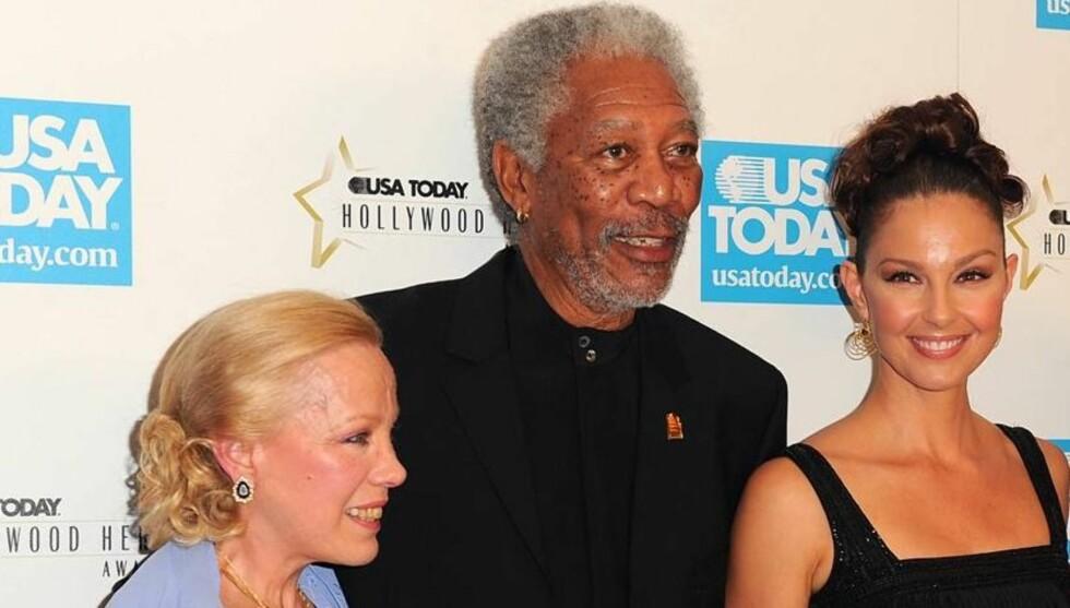 HEDRET: I 2006 ble Zina Bethune tildelt avisen USA Todays «Hero Award». Her er hun sammen med skuespillerne actor Morgan Freeman og Ashley Judd. Foto: All Over Press