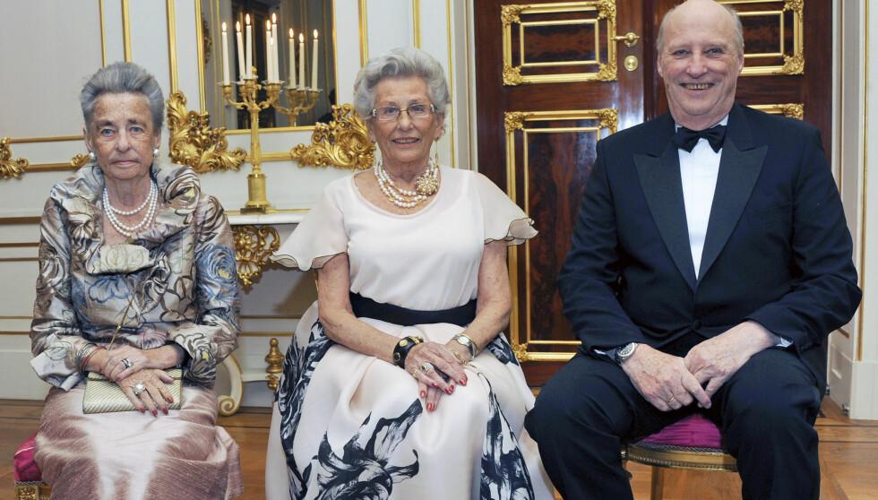 SAMLET: Kong Harald  og dronning Sonja holdt selskap for Prinsesse Astrid, fru Ferner i anledning av Prinsessens 80 årsdag lørdag. Fra venstre prinsesse Ragnhild, fru Lorentzen, prinsesse Astrid, fru Ferner og kong Harald.  Foto: Det kongelige hoff Sven Gj. Gjeruldsen / Scanpix