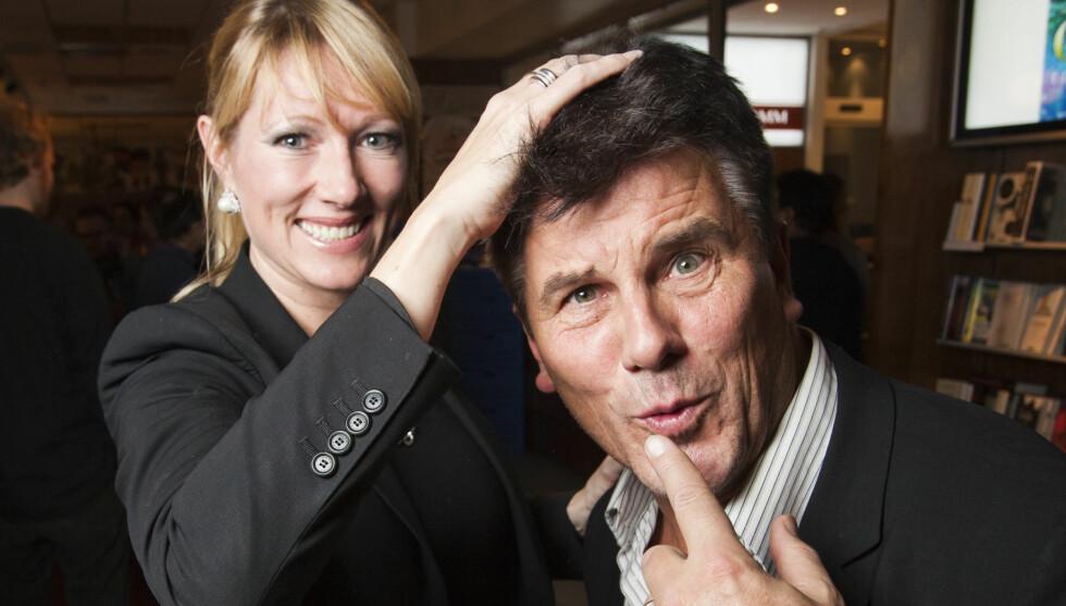 NY: Jarl Golis kone Monika kjæler med den nye hårmanken til ektemannen Jarl. – Det er blitt så fint, så, sier hun.   Foto: Werner Juvik/Se og Hør