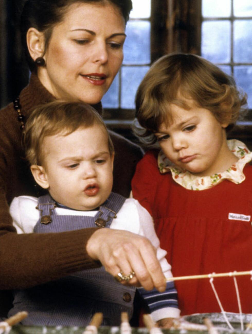 MED MAMMA: Her er prinsesse Victoria og prins Carl Philip sammen med mamma Silvia i 1980.  Foto: Stella  Pictures