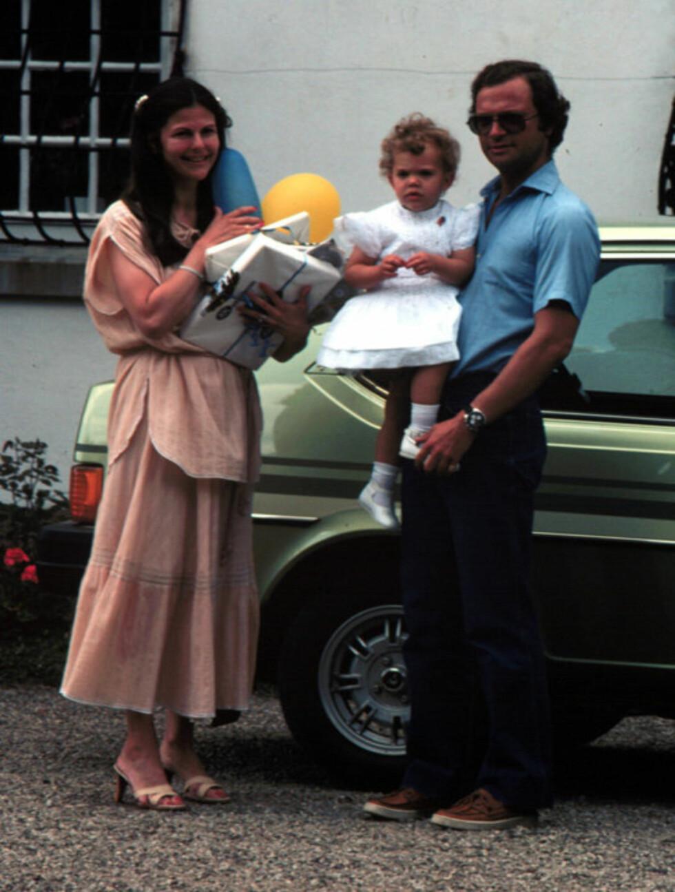 BURSDAG: Her er Victoria med mamma og pappa i et bursdagsselskap i 1979.  Foto: Stella  Pictures