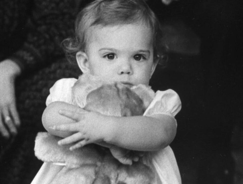 ETT ÅR: Den lille prinsessen tviholdt på bamsen sin da dette bildet ble tatt av ettåringen i 1978.  Foto: Stella  Pictures