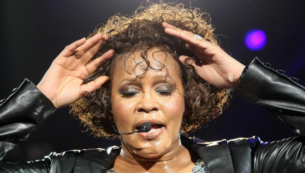 - DØDE AV OVERDOSE: Whitney Houston skal ifølge nettsiden TMZ ikke ha dødd av drukning, men av en kombinasjon av reseptbelagte medisiner og alkohol. Foto: All Over Press