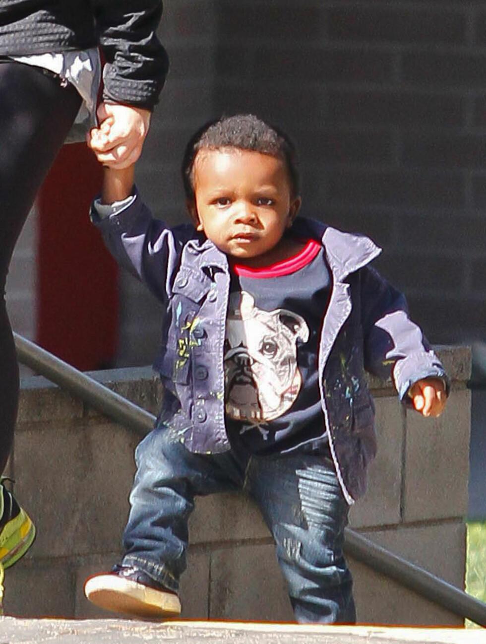BULLDOG: Louis var kul på bytur med mamma i jeans, matchende blå jakke og t-skjorte med hundetrykk.  Foto: Stella Pictures