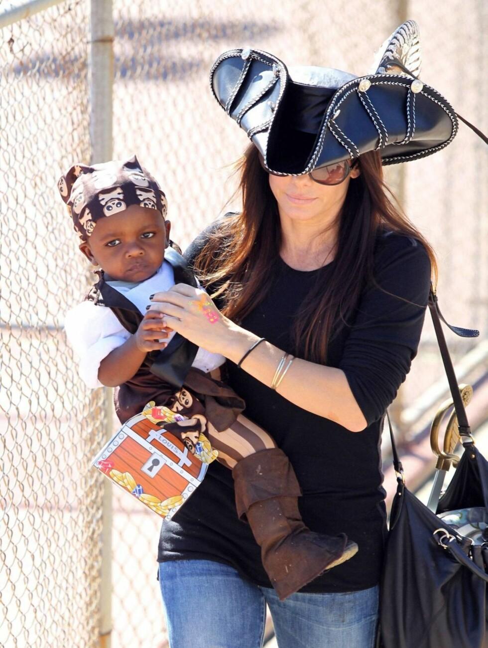 LITEN PIRAT: Både Louis og Sandra hadde kledd seg ut som sjørøvere i barnebursdag.  Foto: All Over Press