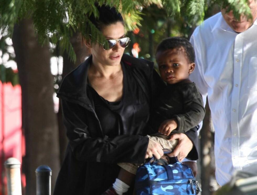 BLÅ BAG: Ikke bare guttens klær er stilig, han har også flere kule bagger og sko.  Foto: All Over Press