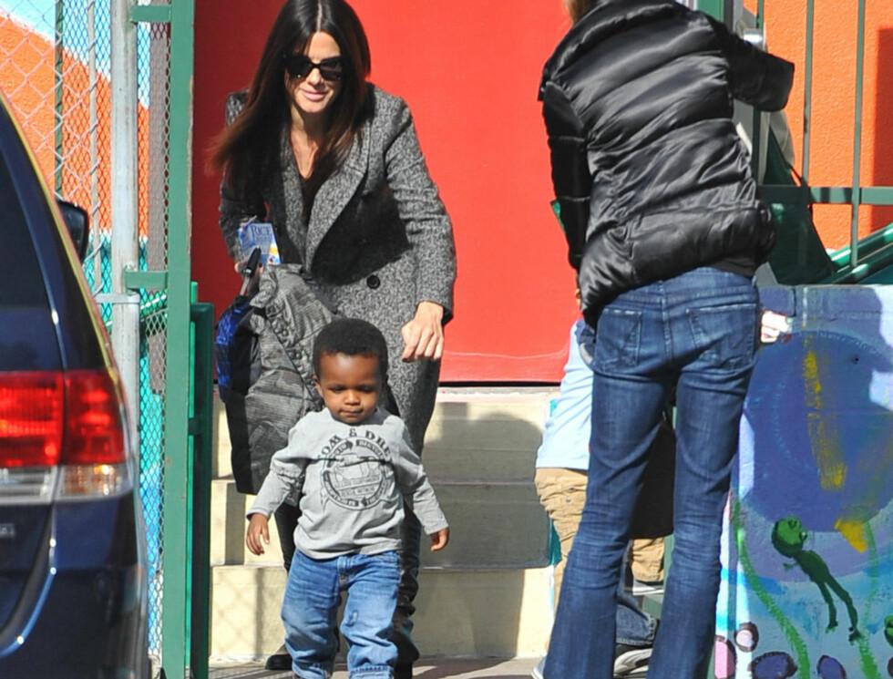 FØRSTE SKOLEDAG: Lille Louis hadde på seg grå genser og jeans på første skoledag i januar.  Foto: Stella Pictures