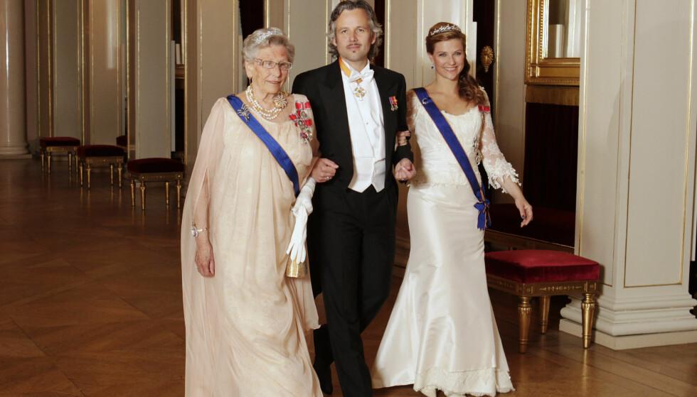 <strong>UTEBLIR:</strong> Prinsesse Märtha Louise er ikke tilstede når prinsesse Astrid skal feires på slottet på søndag. Her er Märtha og Astrid sammen med Ari Behn under et tidligere statsbesøk på slottet.  Foto: Scanpix